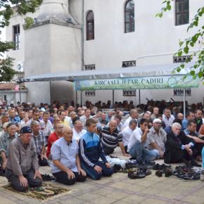Наложи се част от мюсюлманите да проведат байрямската си молитва в двора на храма.