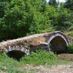 Местните допускат, че водениците са строени заедно със стария мост, който е в центъра на Егрек.