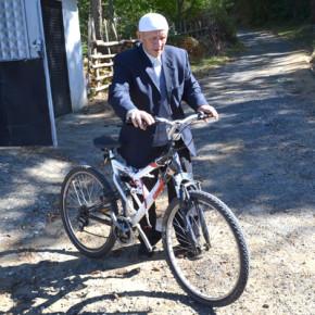 До преди 4 години духовникът обикалял джамиите на околните села с велосипед, който още пази.