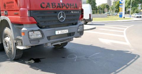 Самосвалът остана на мястото на инцидента дълго след като блъсна пенсионерката на пешеходната пътека.