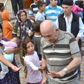 Просещи деца посрещаха излизащите от празничната молитва в Кърджали