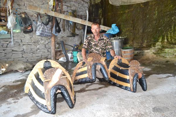 48-годишният Гюнер от с. Ненково е последният и единствен майстор самарджия в района.