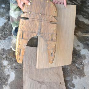 Дървените части се украсяват с резба и месингови габъри.