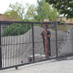 След инцидента работник поправяше вратата, която уби 79-годишната жена в Кърджали.