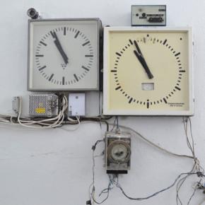 В кулата са разположени управляващ и контролен часовник.