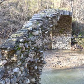 Иманярите са унищожили голяма част от свода на моста извън селото.