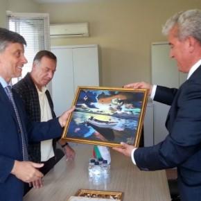 Акиф Акиф подари картина на гръцкия посланик