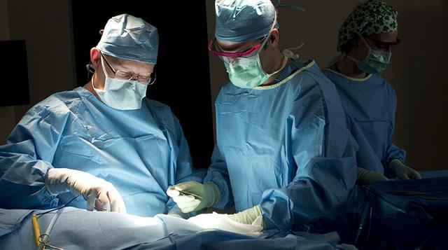 Спасиха мъж, срязал си артерия на крака
