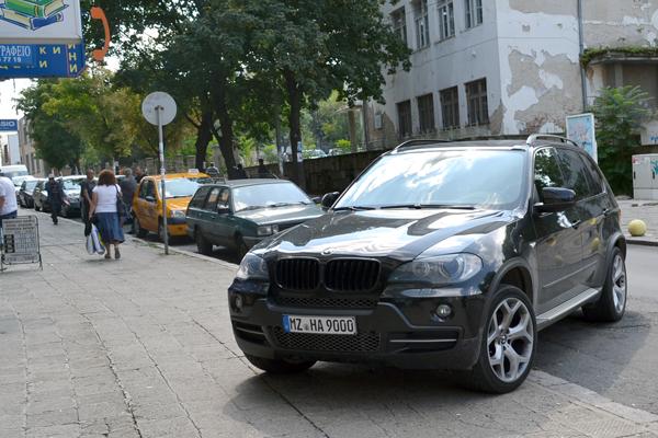 """Нагъл препречи с джип тротоара на """"Републиканска"""""""