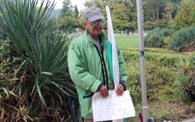 Фалиралият преди 20 години бизнесмен Петър Косев обяви гладна стачка. Иска да му повишат заплатата, а община Кърджали да му даде ново ведомствено жилище.
