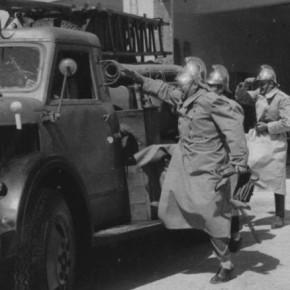 """През 1956 година градската противопожарна служба получава 2 съветски автомобила """"ЗИС - 150""""."""
