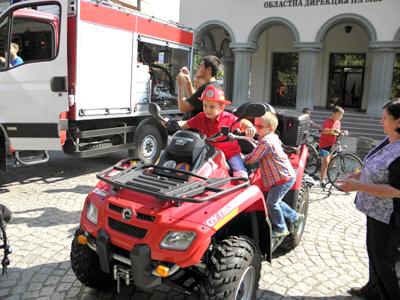 Парадът на пожарната в Кърджали събра многобройна публика