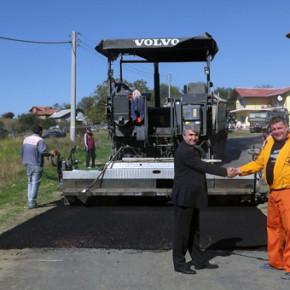 Започна полагането на асфалт по една от най-натоварените общински пътища между селата Черноочене и Дядовско