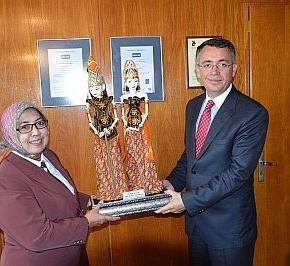 Инж.Азис получи от индонезийските гости фигура от Театъра на сенките.