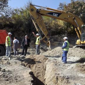 Поставят се около 3 500 метра тръби, които ще се свържат с вече изградената канализация в централната част на селото.