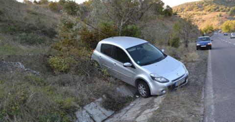 """""""Рено"""" изкочи от пътя след като поднесе по разсипан асфалт"""