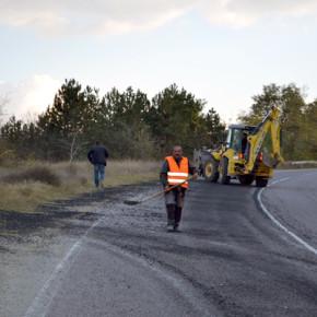 От фирмата, чиято собственост е камиона изпратиха работници и техника, които почистиха пътното платно от разпръстнатия асфалт.