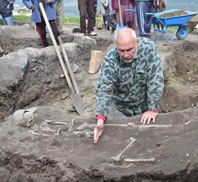 Николай Овчаров показва железният нож открит в гроба на поредния вампир от Перперикон.