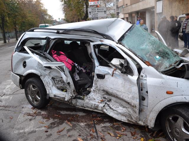 """Трима пострадаха при жестока катастрофа на бул. """"Беломорски"""""""