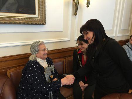 Караянчева се срещна с потомката на бежанци, дарила ценна реликва