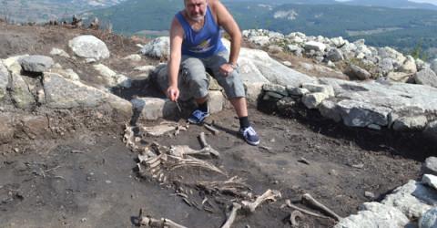 Проф. Николай Овчаров показва открития по време на разкопките през 2014 година скелет на кон, принадлежал на османския завоевател на Перперикон.