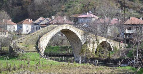 По римския мост в центъра на с. Дрангово са преминавали не само магарета, но и автомобили.