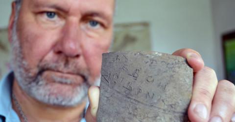 Проф. Николай Овчаров показва гръцкия надпис върху керамичния фрагмент