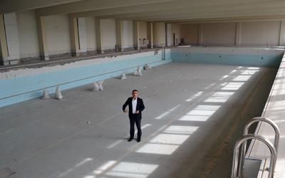 Хасан Азис направи оглед на започналите ремонтни дейности по закрития плувен басейн
